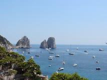 Farglioni en la isla de Capri, Italia imágenes de archivo libres de regalías