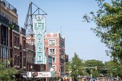 Fargo Theater und Broadway, die Norden gegenüberstellen Stockbild