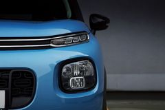 Fari dell'automobile LED e fari antinebbia di SUV blu Fotografie Stock Libere da Diritti