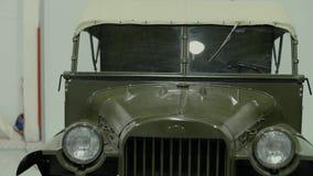 Fari di retro automobile verde stock footage