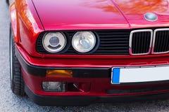 Fari di un'automobile rossa, vecchia, retro, primo piano immagini stock