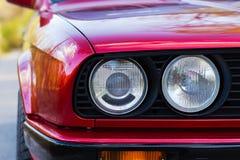 Fari di un'automobile rossa, vecchia, retro, primo piano fotografia stock libera da diritti