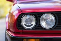 Fari di un'automobile rossa, vecchia, retro, primo piano immagine stock libera da diritti