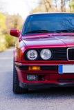 Fari di un'automobile rossa, vecchia, retro, primo piano fotografie stock