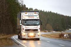 Fari luminosi bianchi di Volvo FH16 Fotografie Stock Libere da Diritti