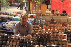 FARIDABAD, HARYANA/INDIEN - 16. FEBRUAR 2018: Tonwaren-Verkäufer a lizenzfreies stockfoto