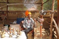 FARIDABAD HARYANA/INDIEN - FEBRUARI 16 2018: Vattenpipasäljare på arkivfoton