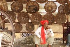 FARIDABAD, HARYANA/LA INDIA - 16 DE FEBRERO DE 2018: Cesta hecha a mano S fotografía de archivo