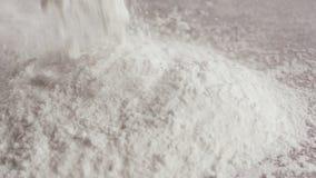 Farina asciutta sparsa su un ripiano della cucina archivi video