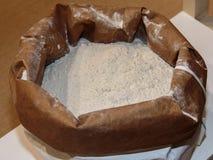Farina bianca dentro il sacco di carta per alimento Immagine Stock