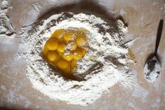 Farina bianca ed uova su fondo bianco Fotografie Stock Libere da Diritti