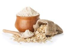 Farina bianca in orecchie del grano e della ciotola isolate su bianco fotografie stock libere da diritti