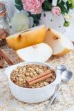 Farina d'avena al forno con i dadi, il latte della mandorla, le spezie e la pera asiatica Fotografie Stock