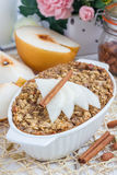 Farina d'avena al forno con i dadi, il latte della mandorla, le spezie e la pera asiatica Fotografia Stock