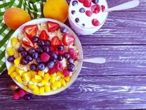 Farina d'avena, albicocca, fragola, yogurt naturale antiossidante delizioso su fondo di legno fotografia stock libera da diritti