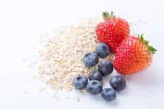 Farina d'avena con frutta fresca su bianco Fotografia Stock Libera da Diritti
