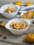 Farina d'avena con il mandarino e le noci Immagini Stock