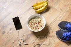 Farina d'avena con le bacche e la banana dopo un allenamento Forma fisica e lui Immagini Stock Libere da Diritti