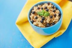 Farina d'avena con le more, prima colazione deliziosa Fotografie Stock