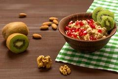 Farina d'avena con le nocciole ed i frutti, cibo sano fotografie stock libere da diritti
