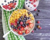 Farina d'avena, fragola, buongustaio naturale casalingo nutriente del yogurt antiossidante organico del mirtillo su un fondo di l fotografia stock