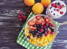 Farina d'avena, fragola sana casalinga refreshmentraspberry del yogurt di mirtillo su un fresco antiossidante del fondo di legno fotografia stock libera da diritti
