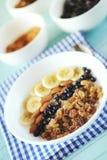 Farina d'avena sana della prima colazione con la banana, dadi della mandorla, mirtilli Immagini Stock