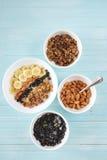 Farina d'avena sana della prima colazione con la banana, dadi della mandorla, mirtilli Immagine Stock