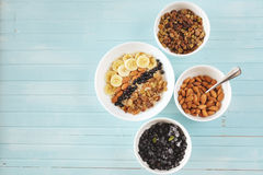 Farina d'avena sana della prima colazione con la banana, dadi della mandorla, mirtilli Fotografie Stock