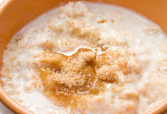 Farina d'avena spruzzata con zucchero marrone Fotografia Stock