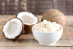 Farina della noce di cocco in un orizzontale di legno della farina di Freee del glutine del fondo delle noci di cocco della cioto Fotografie Stock Libere da Diritti