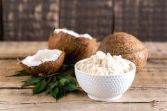 Farina della noce di cocco in un orizzontale di legno della farina di Freee del glutine del fondo delle noci di cocco della cioto Immagini Stock Libere da Diritti