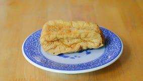 Farina di fave fritta in piatto cinese blu Immagini Stock