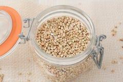 Farina di grano saraceno di Uroasted in un barattolo di vetro Immagine Stock
