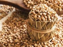 Farina di grano saraceno e cucchiaio di legno Fotografia Stock