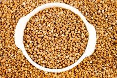 Farina di grano saraceno in un mini vaso bianco Fotografia Stock