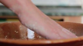 Farina e lievito di miscelazione nella ciotola a mano archivi video