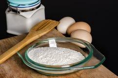 Farina ed uova per cottura Fotografie Stock