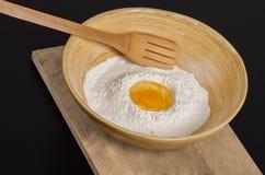 Farina ed uovo in una ciotola Fotografia Stock