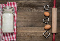 Farina, matterello, uova e muffe Fotografia Stock Libera da Diritti