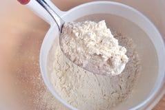 farina organica bianca su un cucchiaio Fotografia Stock