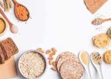 Farina, pane, pasta e lenticchie asciutte ed altri ingredienti sui precedenti bianchi fotografia stock libera da diritti