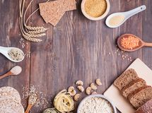 Farina, pane, pasta e lenticchie asciutte ed altri ingredienti sulla tavola di legno immagine stock libera da diritti