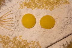 Farina, rossi d'uovo, grano, pasta, stuzzicadenti Fotografie Stock