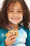 Farina sorridente del biscotto del bambino fotografia stock libera da diritti