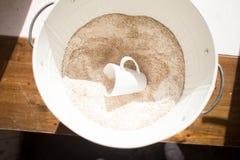 Farine brute dans un seau photographie stock