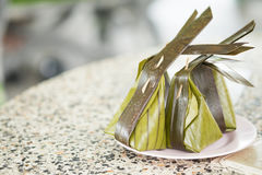 Farine cuite à la vapeur avec la noix de coco remplissant Kanom Sai Sai images libres de droits