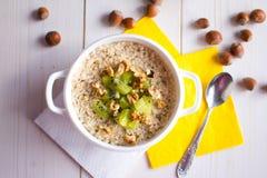 Farine d'avoine avec des écrous et des fruits pour le petit déjeuner Images libres de droits