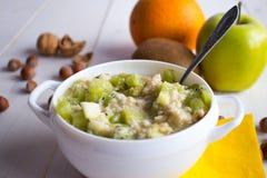 Farine d'avoine avec des écrous et des fruits pour le petit déjeuner Images stock