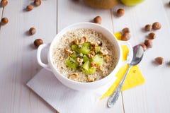 Farine d'avoine avec des écrous et des fruits pour le petit déjeuner Photographie stock